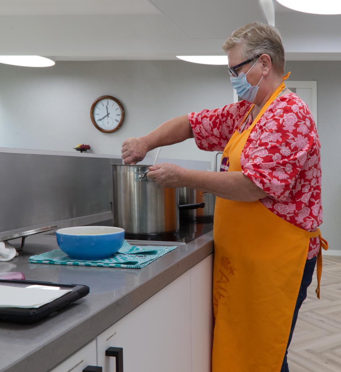 De kok bereidt de maaltijd