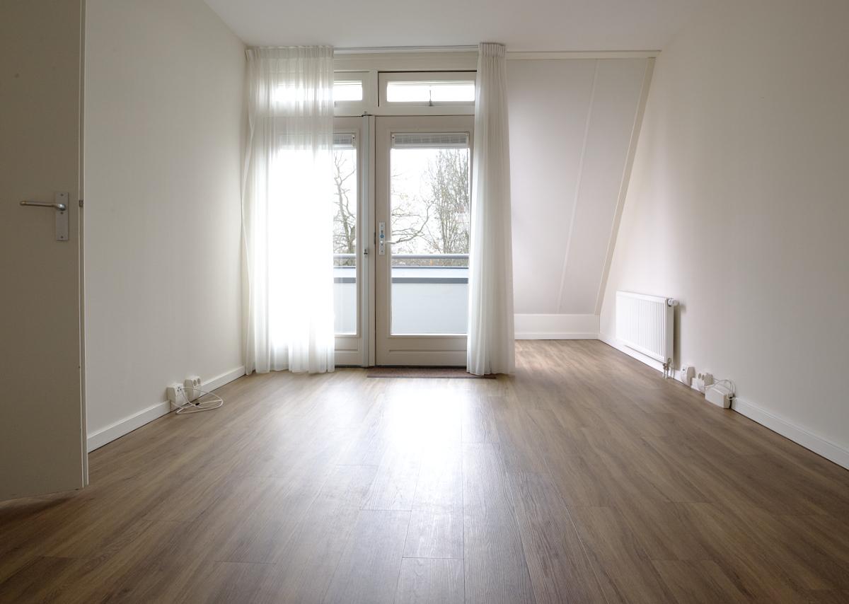 Een leeg appartement, vlak voor de nieuwe bewoner arriveert.