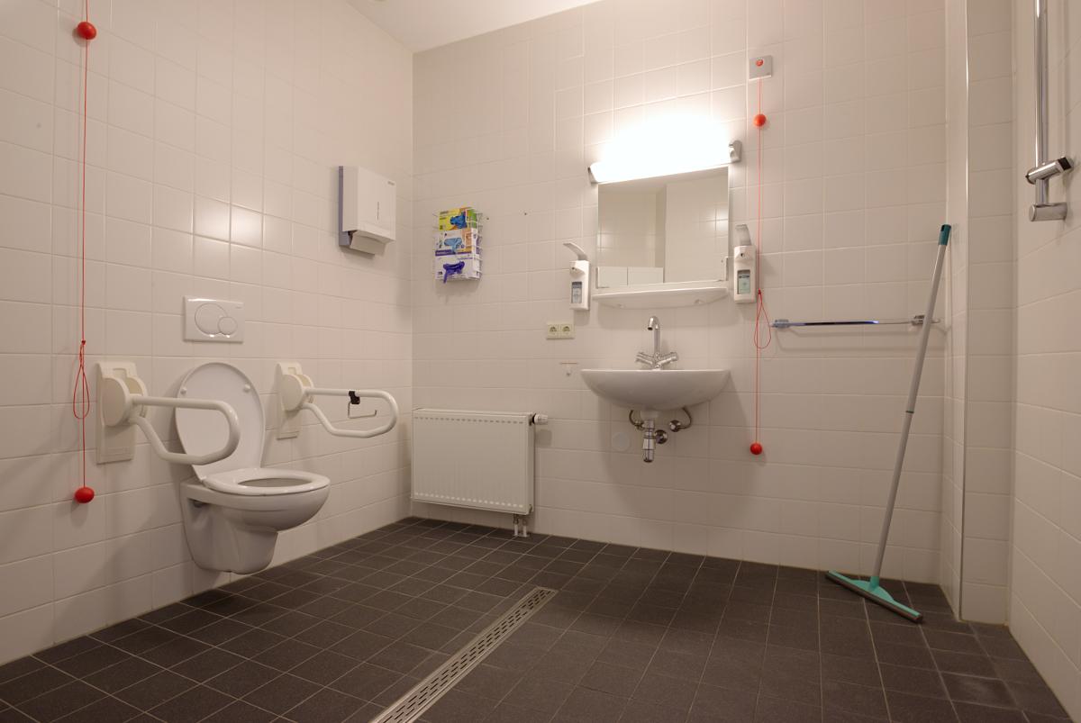 De badkamer van het appartement.