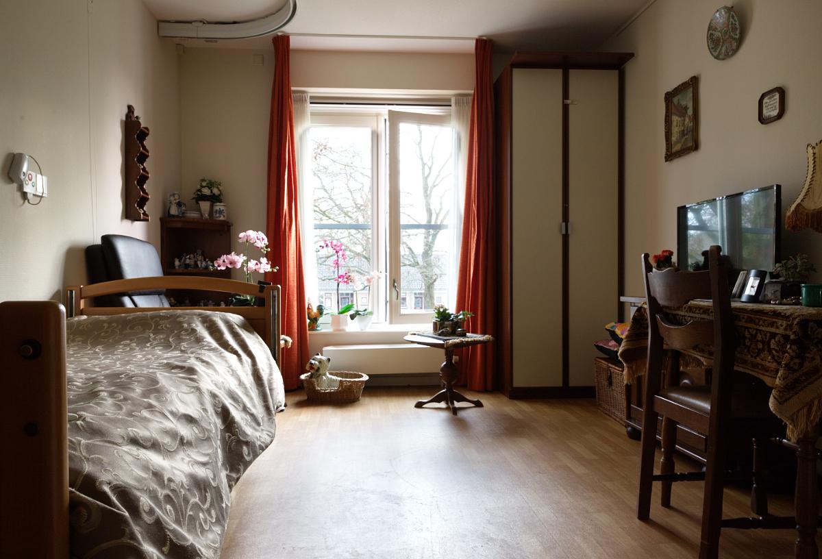 Een slaapkamer in een van de woningen (beschermd wonen).