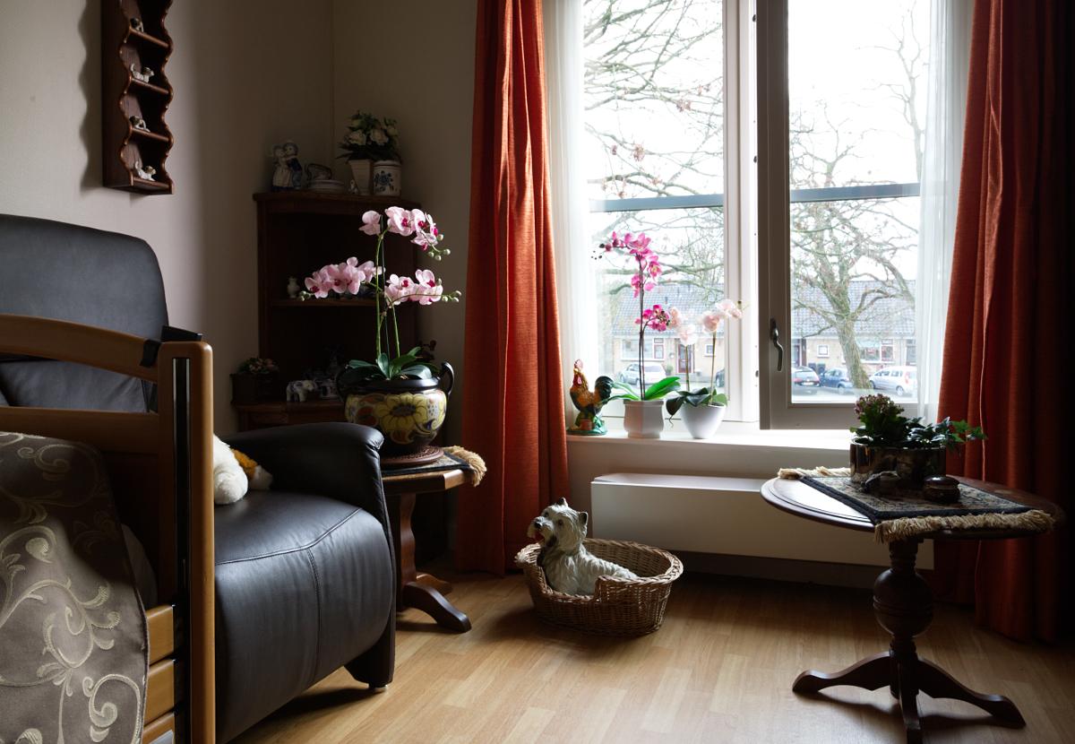 Een zitje in de slaapkamer in een van de woningen (beschermd wonen).