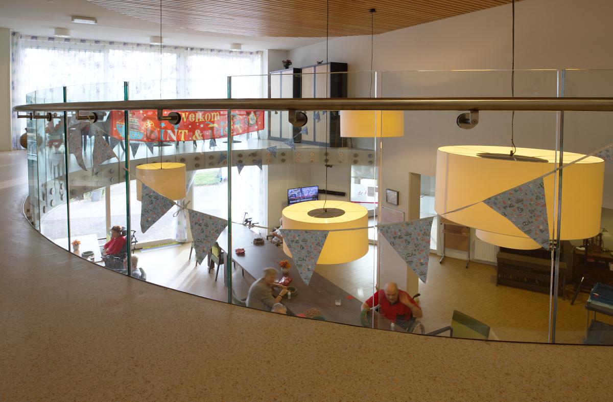 Op de eerste verdieping zie je de gemeenschappelijke ontmoetingsruimte op de begane grond.