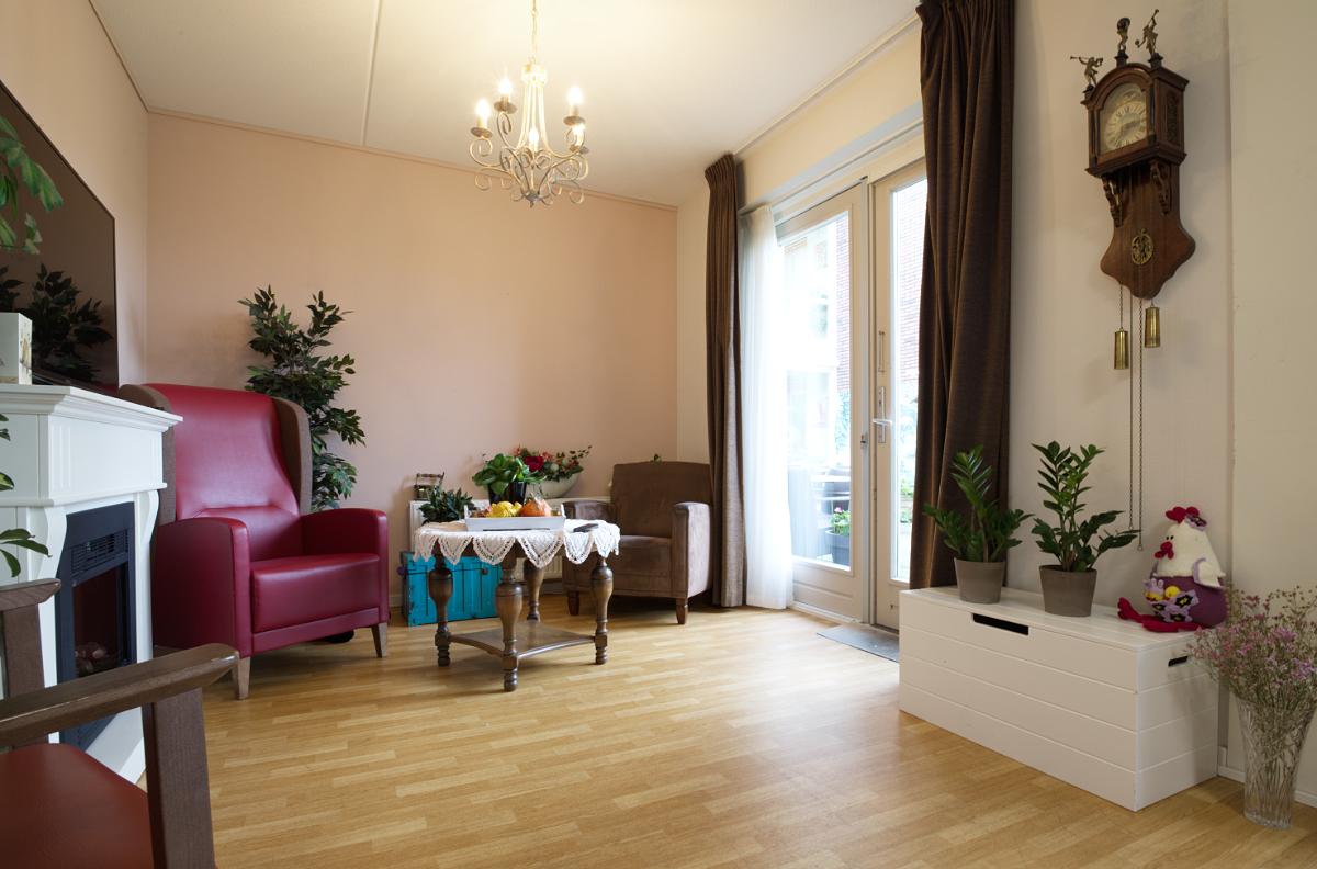 Een gemeenschappelijke ruimte in een van de woningen (beschermd wonen).