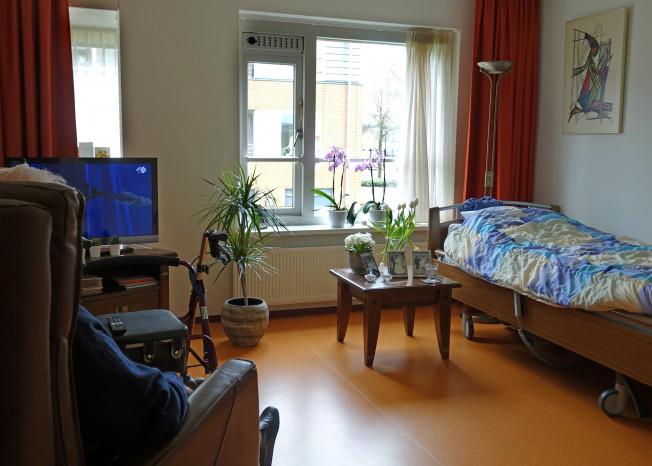 Kamer met bed van bewoner zorglocatie Elim in Putten