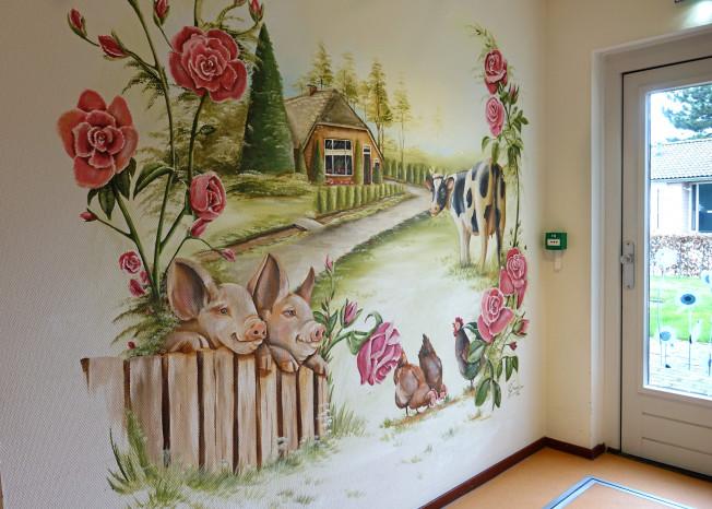 Muurschildering van een boerderij met dieren zorglocatie Elim in Putten
