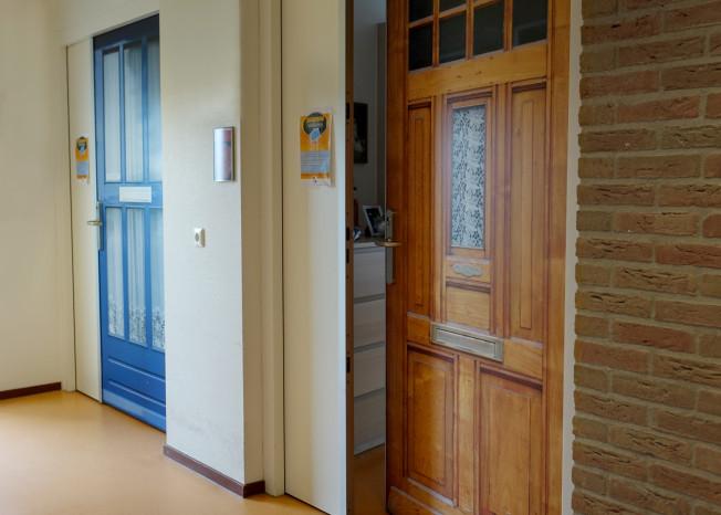 Voordeuren van kamers clienten zorglocatie Elim in Putten
