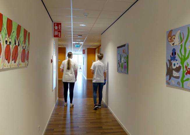 Zorggroep Noordwest-Veluwe, zorglocatie Schauw Putten, zorgmedewerkers lopen in gang