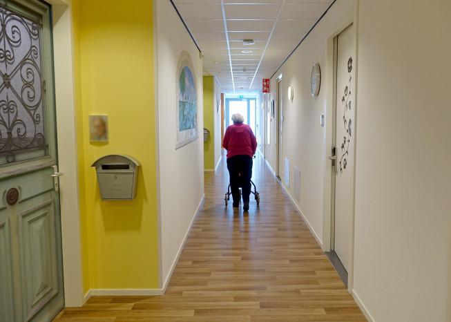 Zorggroep Noordwest-Veluwe, zorglocatie Schauw Putten, bewoner loopt in gang