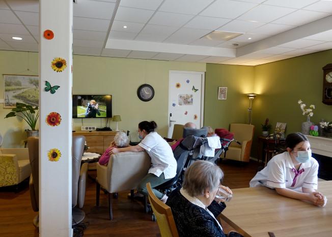 Zorggroep Noordwest-Veluwe, zorglocatie Schauw Putten, bewoners en zorgpersoneel in huiskamer