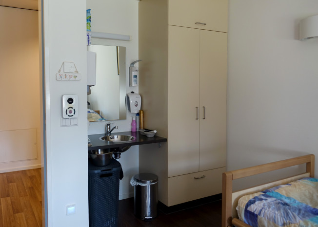Zorggroep Noordwest-Veluwe, zorglocatie Schauw Putten, slaapkamer met gootsteentje