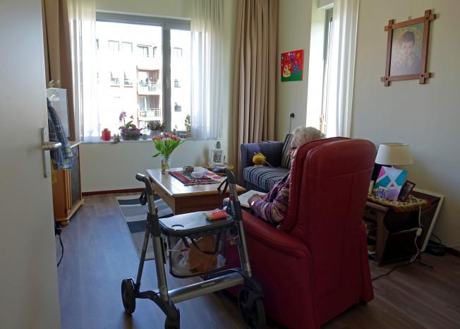 Zorggroep Noordwest-Veluwe, zorglocatie Schauw Putten, bewoner in kamer kijkt tv